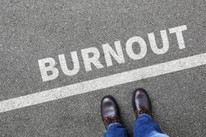 Mann steht vor Burnout