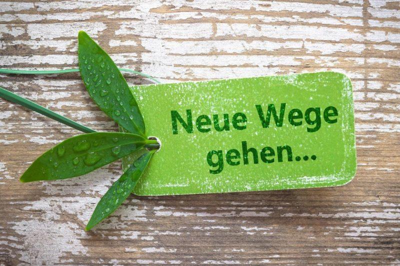 Foto eins kleinen grünen Schildes auf einem Holzbrett