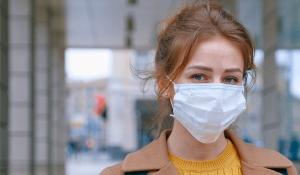 Maske tragen schützt, wenn der Sicherheitsabstand nicht eingehalten werden kann